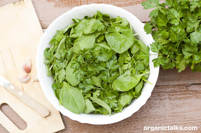 spinach and parsley leaves ina bowl on a table, stanka vukelic, spinach salad ideas
